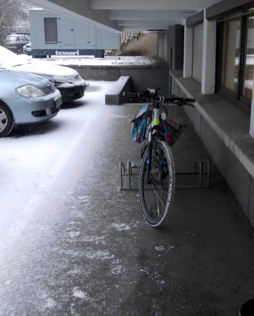 paplaukęs dviratis ir sniegas