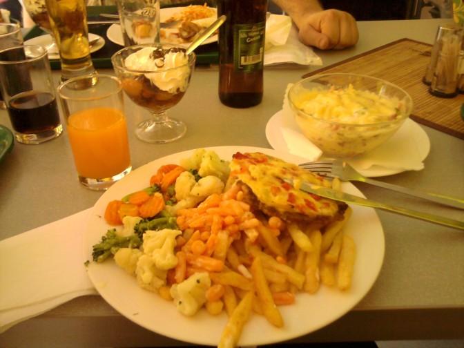 2011-08-26 14.37.11 vienintelė diena, kai pietaut ėjome į kavinę ir galėjome imti tiek, kiek telpa...