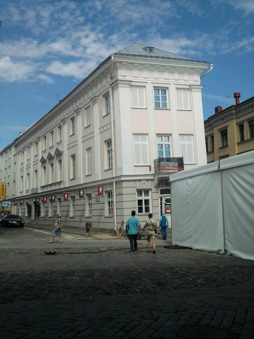 Tartu centre pasviręs pastatas į kairę