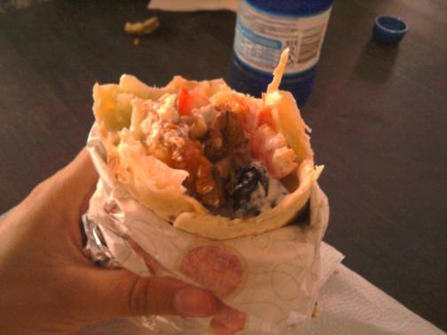 Sakykim, kad tai kebabas, tik su vištiena ir salotom, tarp kurių yra dar ir graikiškų riešutų ir džiovintų slyvų. Ir tik 2,30 euro.