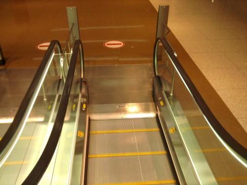 Važiuojam žemyn su eskalatoriumi ir sutinkam plytą.